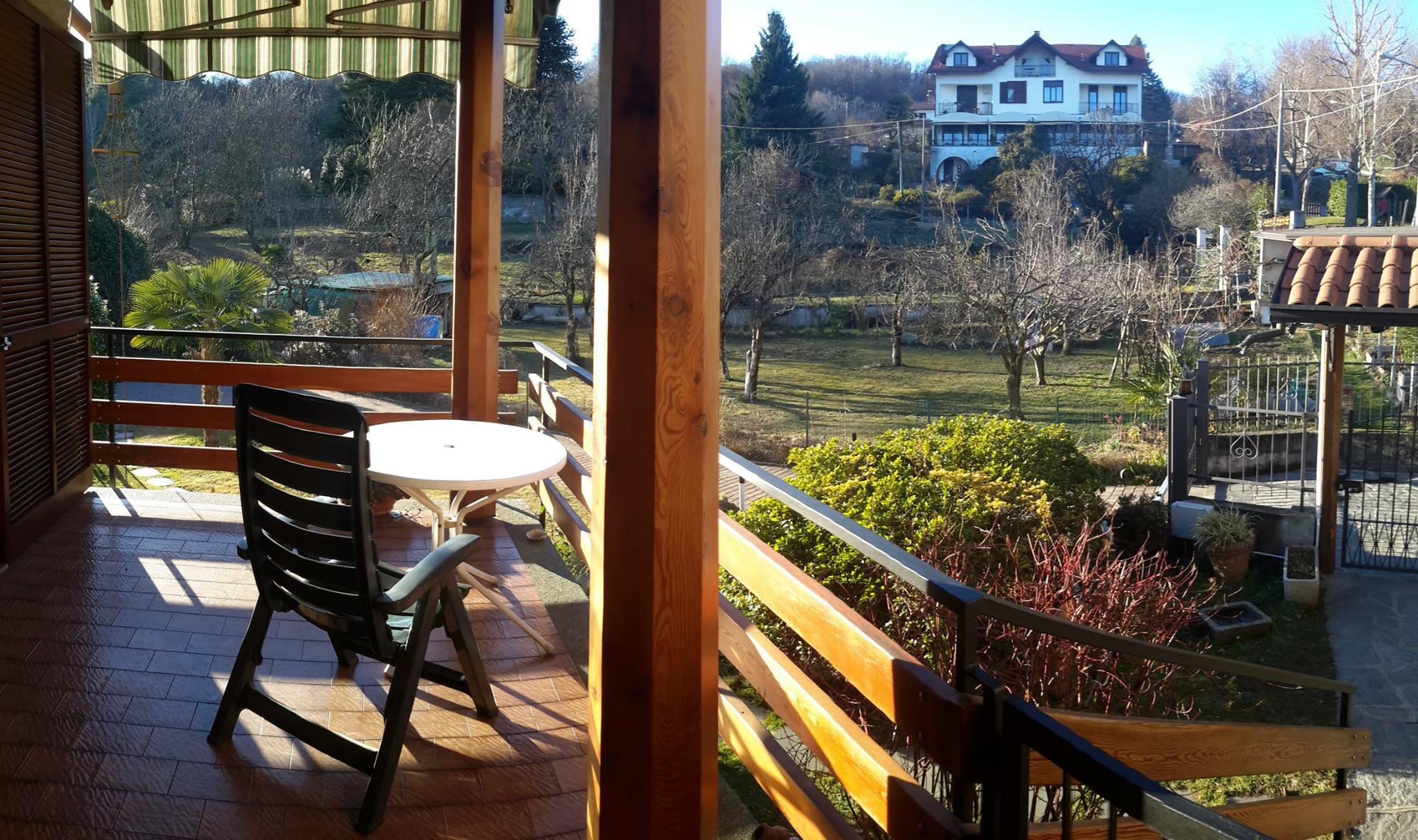 Casa indipendente con giardino sulla collina di arona for Piani casa 3 camere da letto e garage doppio