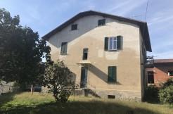 in Villa ad Arona, mansarda e trilocale con giardino privato