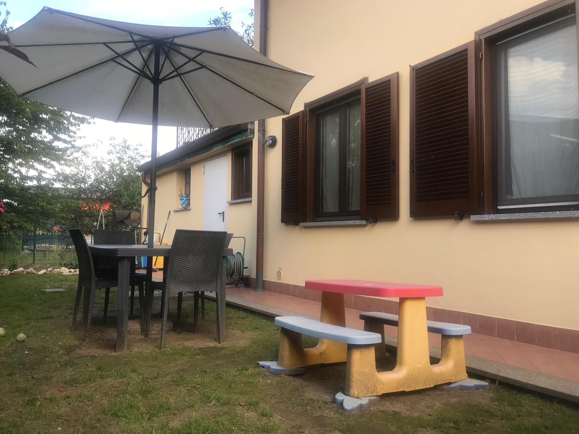 in centro a Castelletto, Villa bifamiliare con giardino