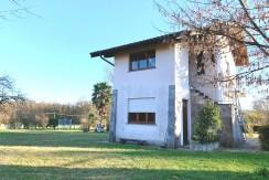 Villa singola con 3000 mq di giardino vicino al Lungoticino