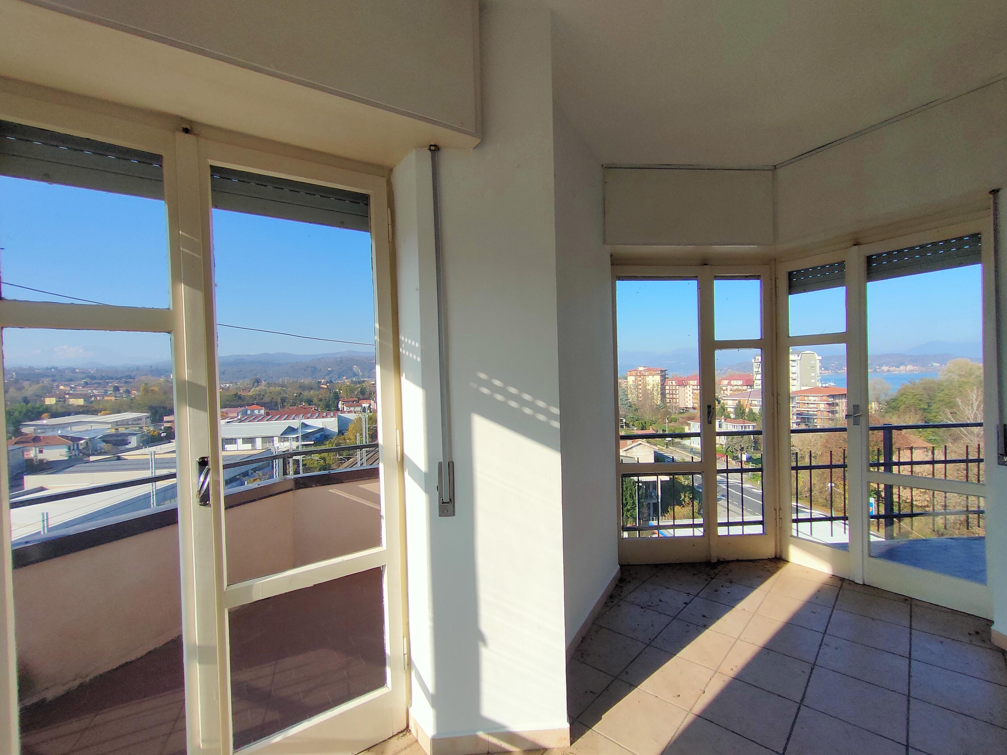 Al sesto piano, bilocale panoramico con Vista Lago