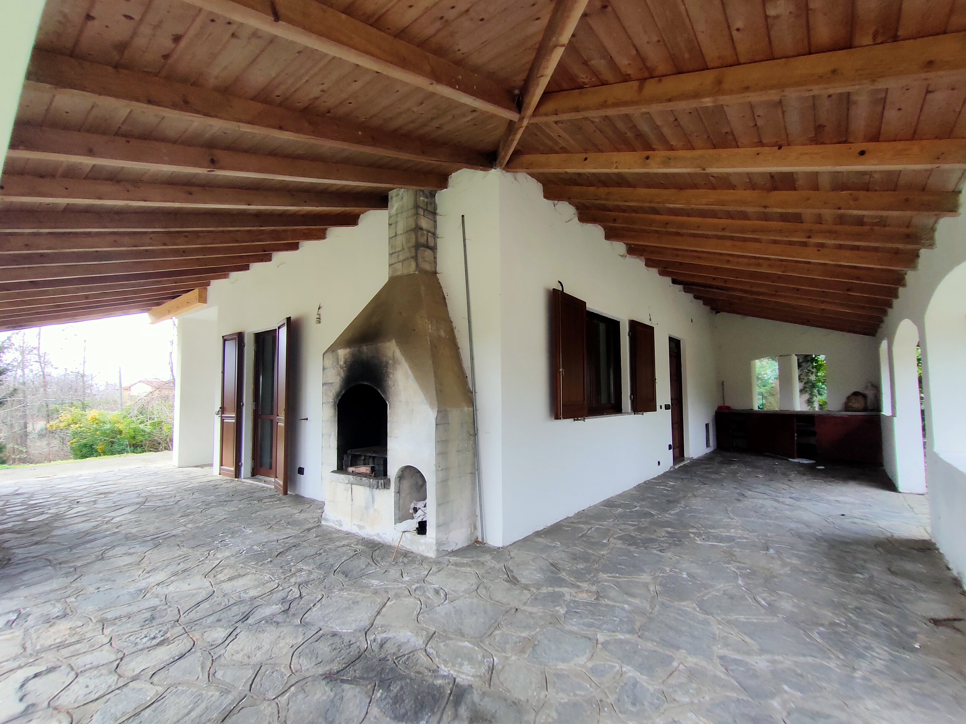 Villa singola con grande porticato affacciato sul verde